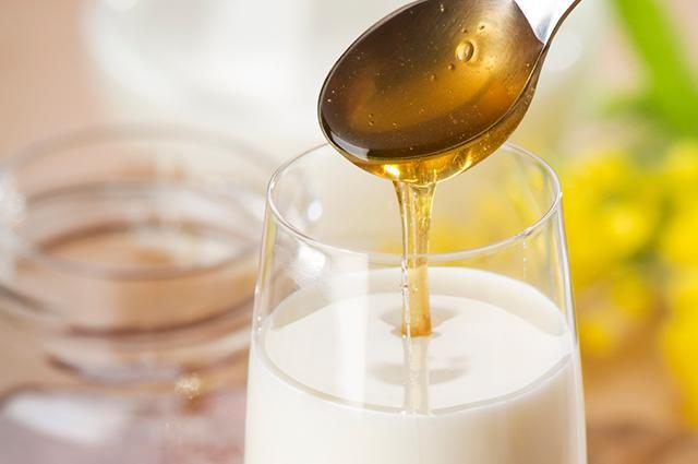 Молоко с медом на ночь: польза и вред
