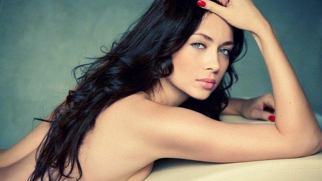 Анастасия Самбурская призналась, с кем  проводит ночи