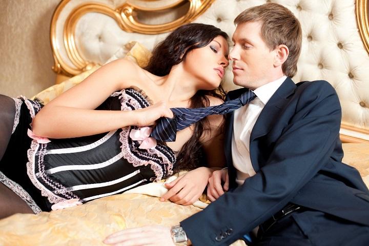 poprobovat-rolevie-eroticheskie-igri-v-posteli-chulkah-zhirnie-podglyadivanie