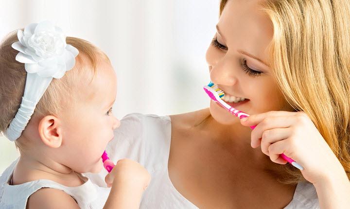 Когда начинать чистить зубки малышу? Как это делается?