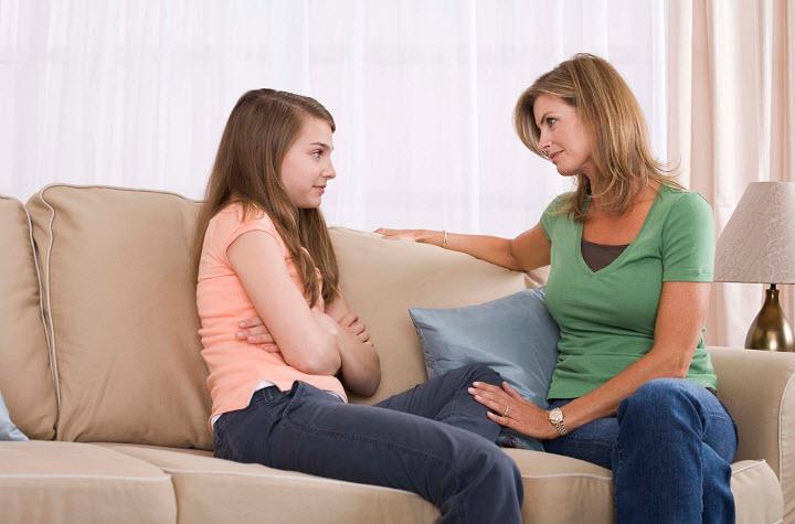 Как подготовить дочь к первой менструации?