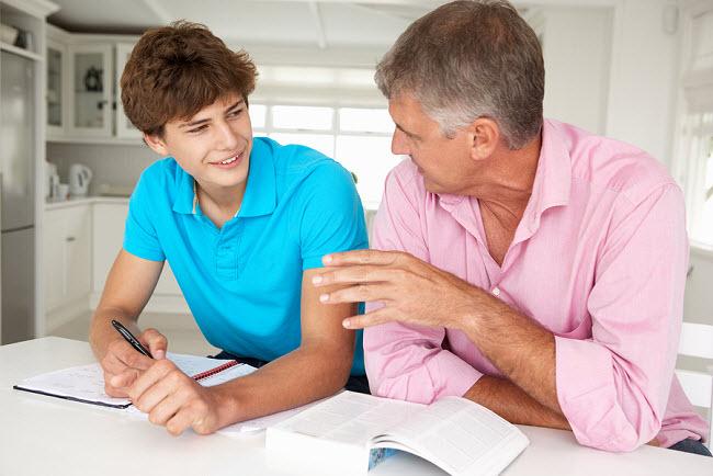 отец и сын разговаривают