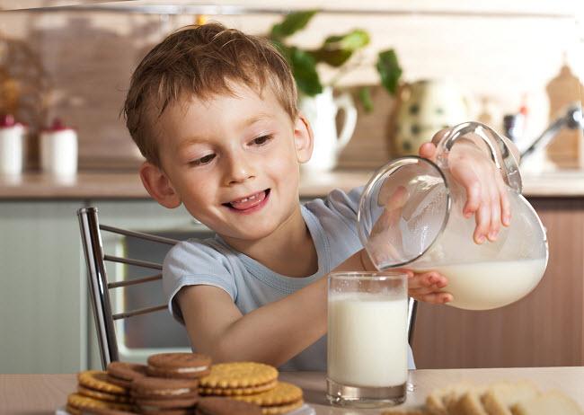 мальчик наливает молоко