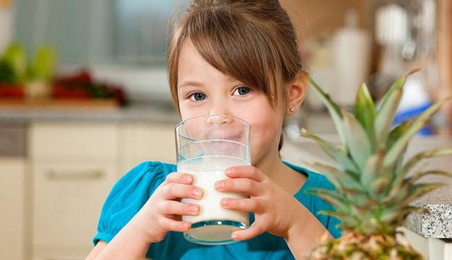 девочка пъет молоко