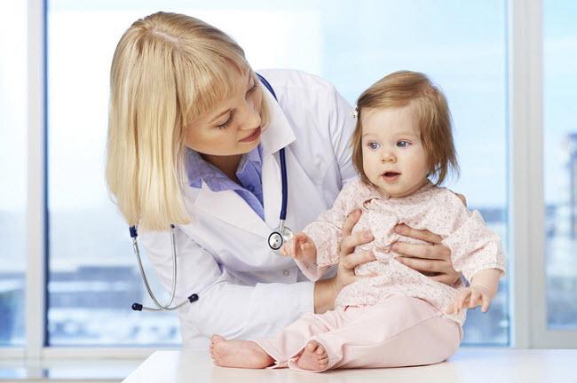 врач осматривает ребенка с диатезом