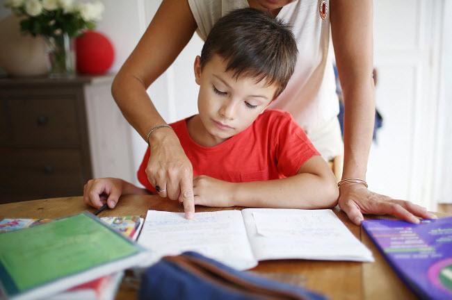 мама помогает сыну сделать домашнее задание