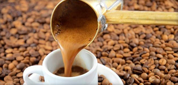 наливаем кофе из турки