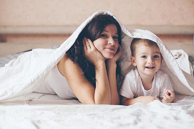 ребенок с мамой в кровате