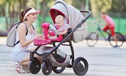 малыш с мамой гуляют