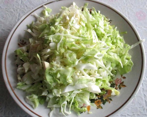 тонко нашинкуйте капусту