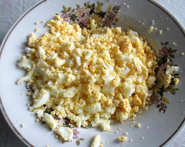 очистите яйцо от скорлупы