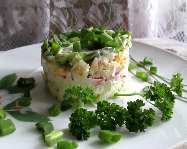 украсьте салат веточками зелени
