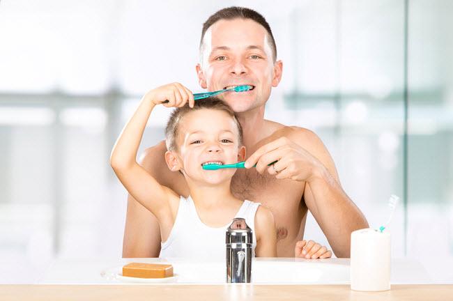 папа с сыном чистят зубы