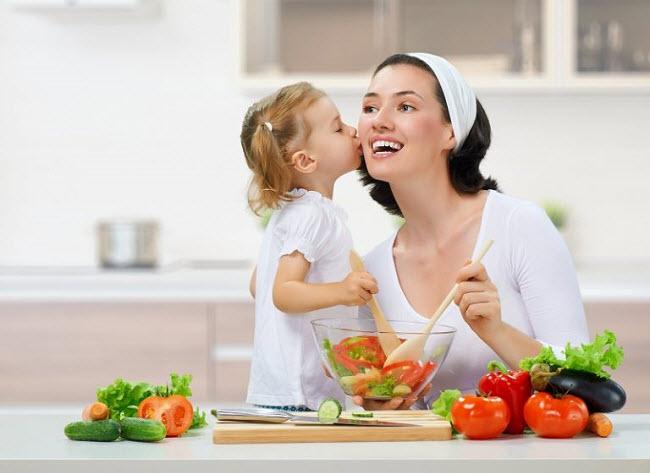 учим дочку готовить