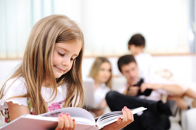 девочка любит читать