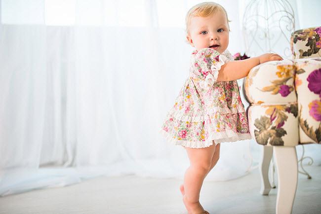 девочка 10 месяцев первые шаги