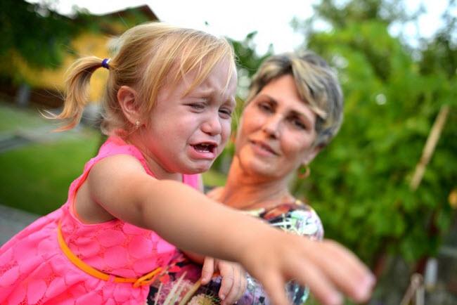 ребенок капризничает на улице