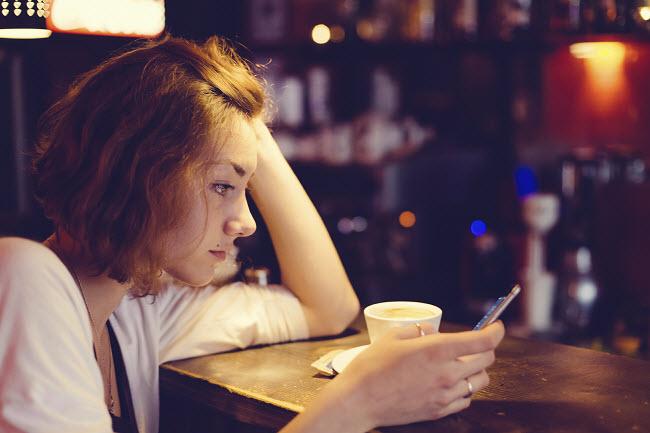 девушка смартфон кофе