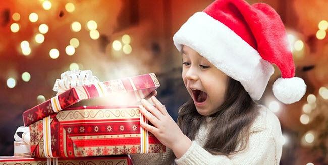 девочка радуется Новогоднему подарку