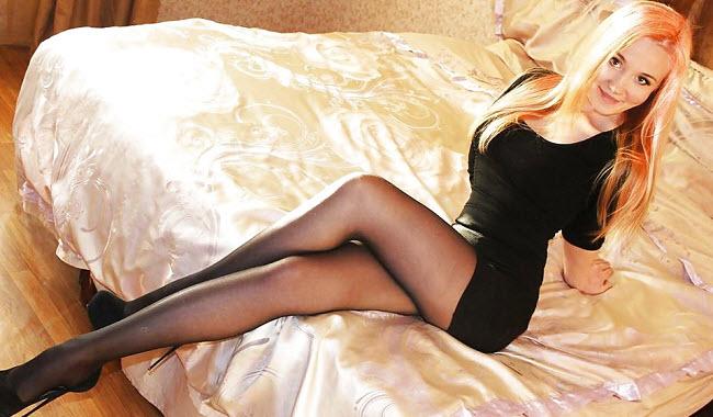 девушка в колготках на кровати