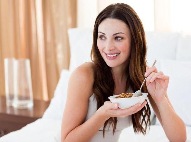 девушка кушает гречку