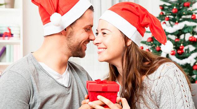 девушка поздравляет парня с Новым годом