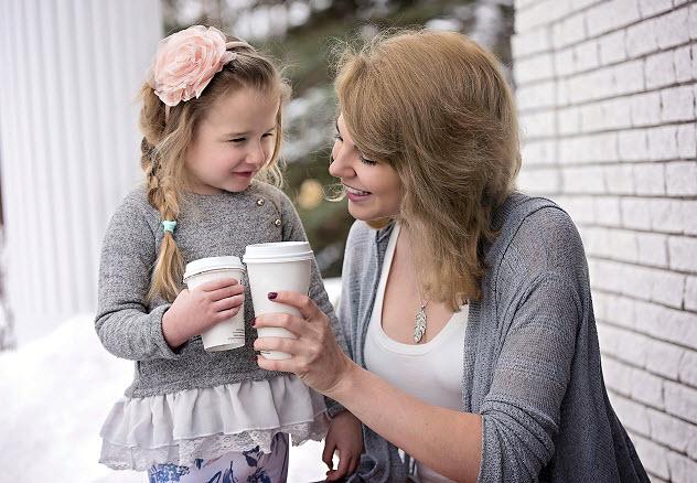 мама с дочкой пьют кофе