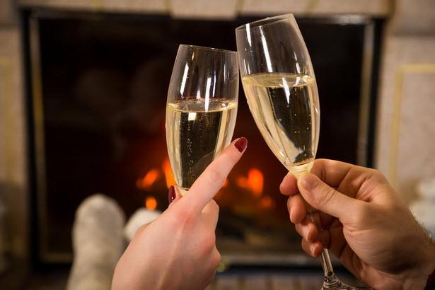 бокалы с шампанским камин