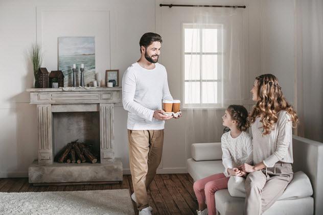 папа несет кофе жене и дочке