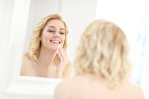 девушка удаляет макияж с лица