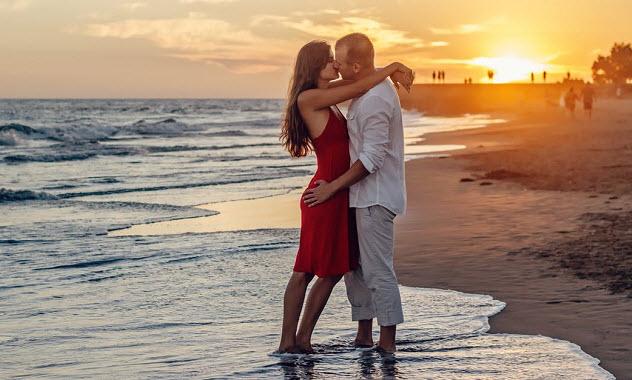 парень девушка поцелуй пляж