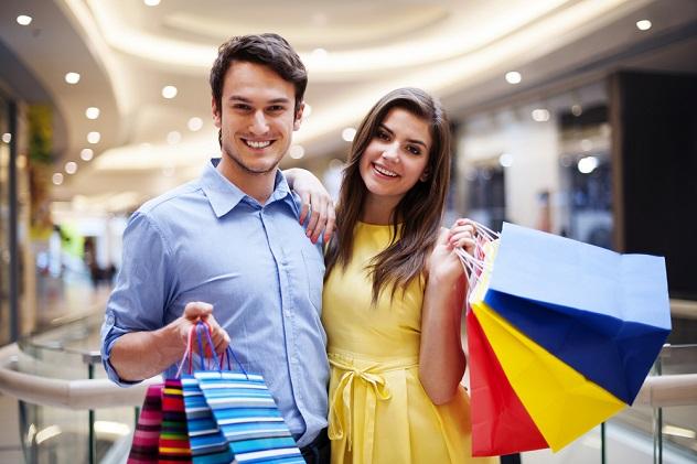 счастливая пара после удачных покупок