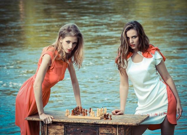 девушки играют в шахматы