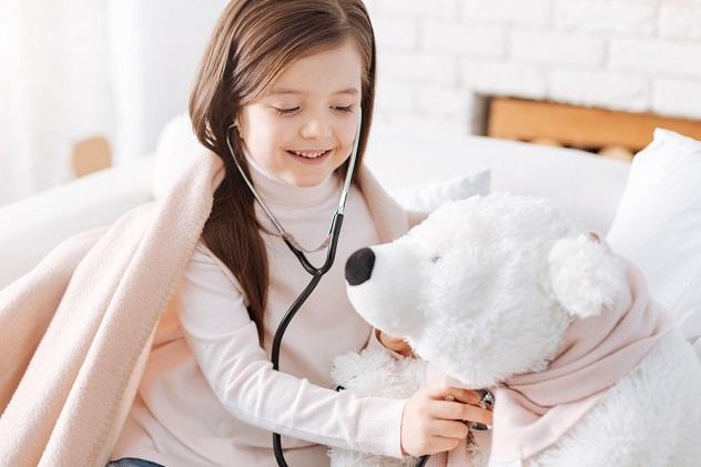 жизнерадостная девочка играет в доктора