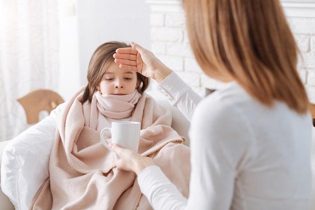 мама сбивает высокую температуру у ребенка