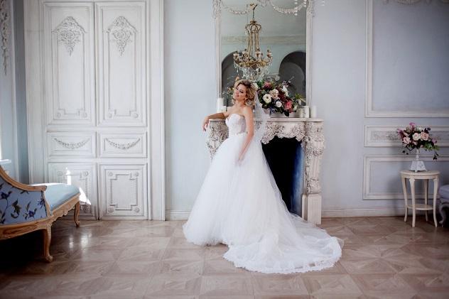 девушка в свадебном платье со шлейфом