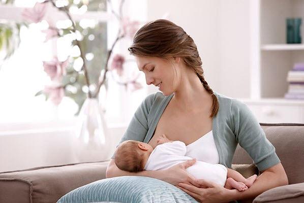 девушка кормит малыша