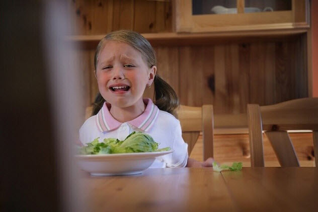 девочка плачет заужином