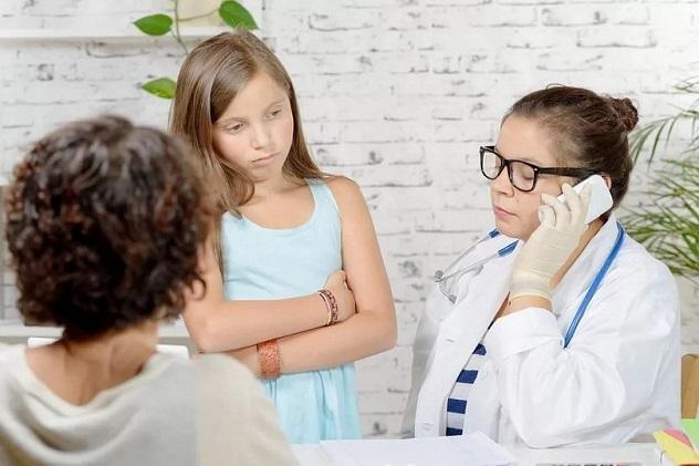 девочка в кабинете у врача болит желудок