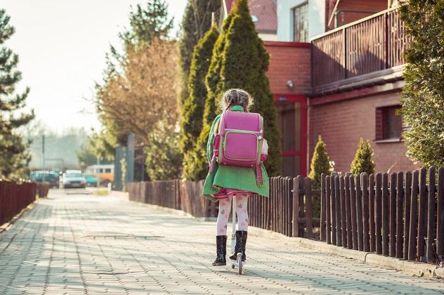 девочка прогуливает уроки
