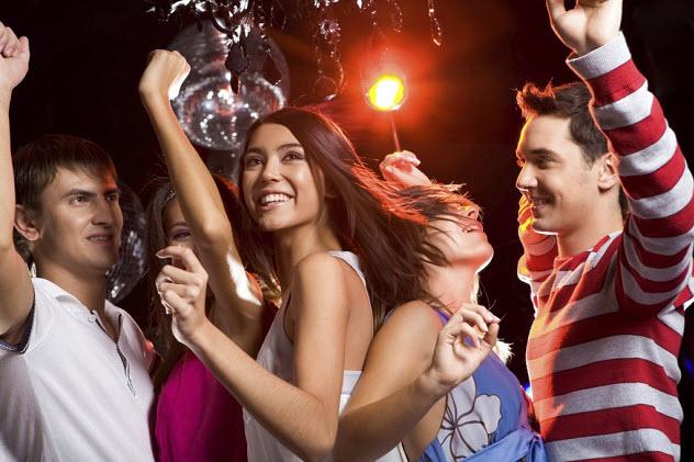подростки танцуют на вечеринке