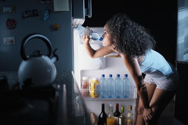 девушка жарко пьет воду