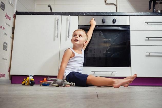 мальчик играется с газовой плитой