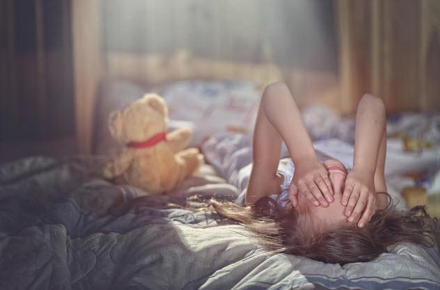маленькая девочка плачет в комнате