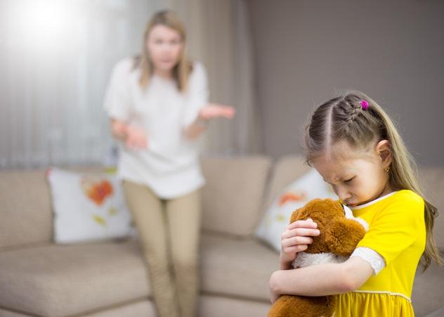 мать объясняет дочери