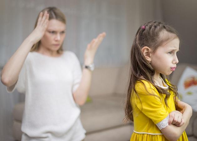 мать ругает свою дочь