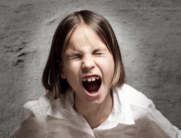 девочка раздраженно кричит