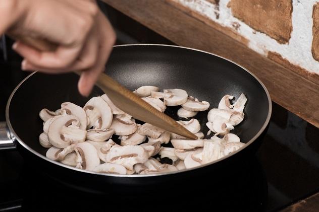 готовим шампиньоны на сковородке