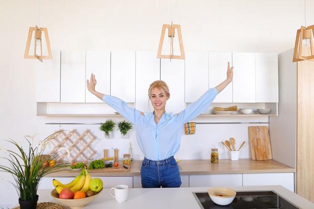 счастливая девушка на кухне