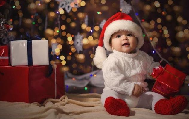 ребенок с подарком на новый год